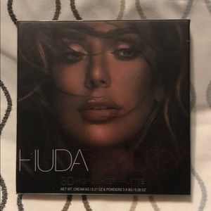 Huda Beauty highlighter pallet
